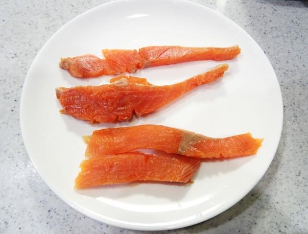 鮭をカット