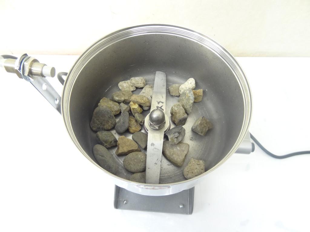粉砕機ハイスピードミルに石を入れる