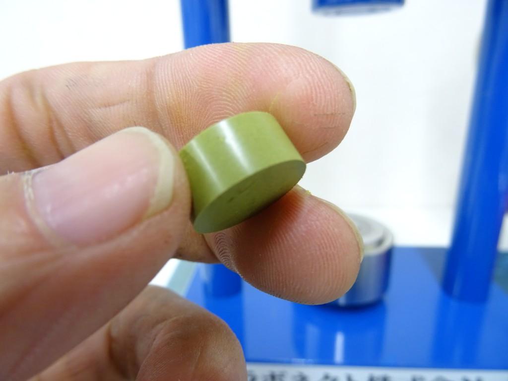 成形された緑茶葉の粉