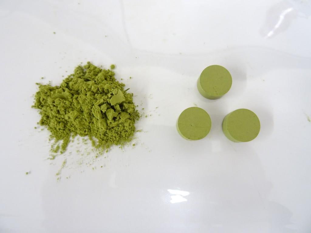 左の写真 緑茶葉の粉 右の写真 成形された緑茶葉の粉