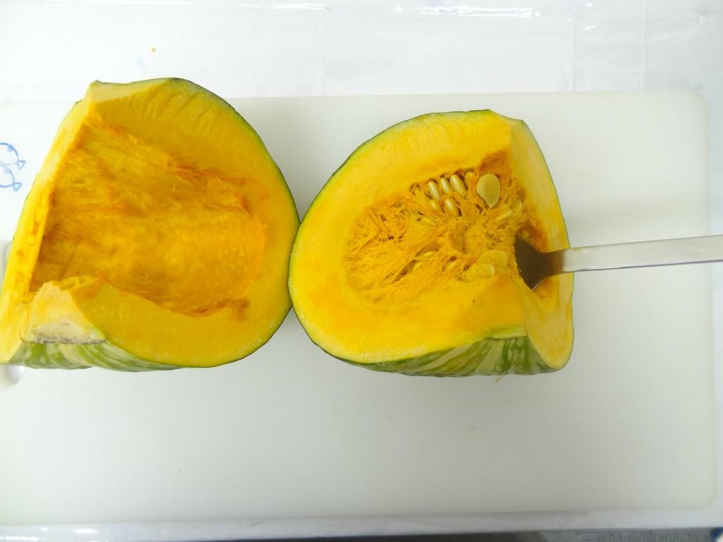 かぼちゃワタと種を取る