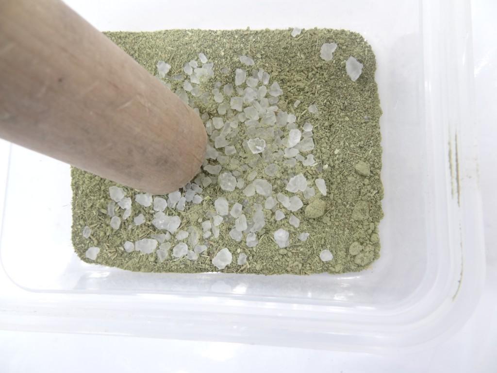 ハーブ塩混ぜ合わせる
