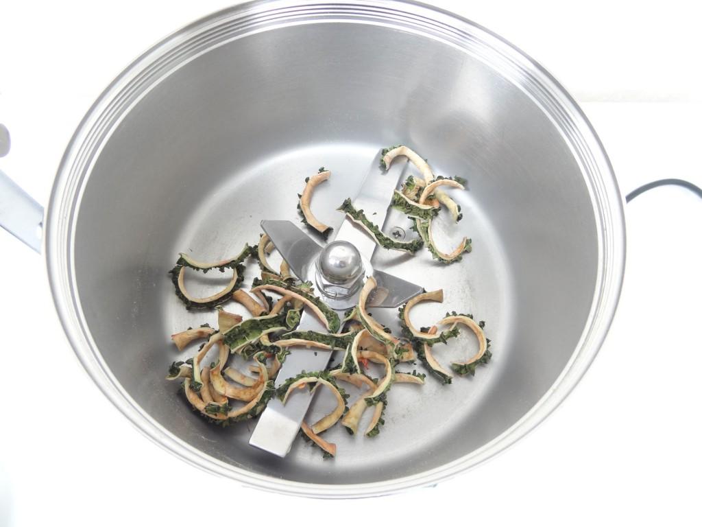 ハイスピードミルの容器に干しゴーヤを入れる