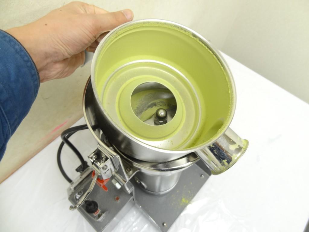ファインっパウダーミルの容器からゴーヤパウダーを取り出す