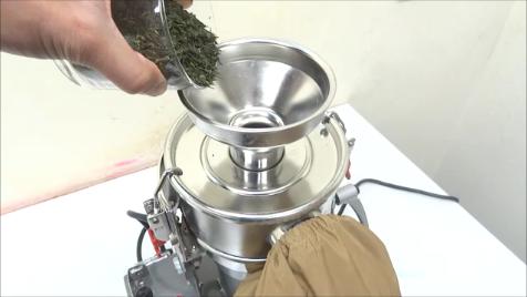 ファインパウダーミルに緑茶葉投入