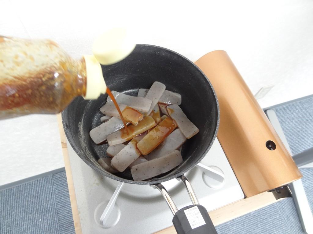 こんにゃくに焼き肉のタレをかける