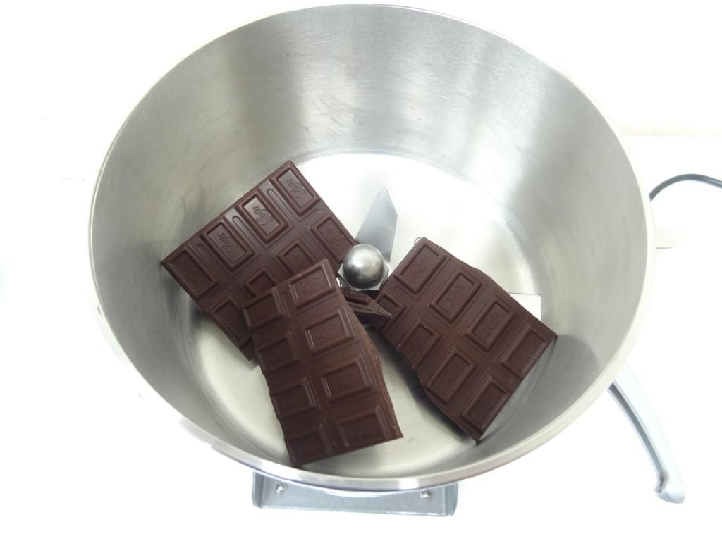 粉砕機にチョコレートを入れる