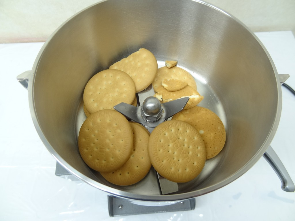 粉砕容器にクッキーを入れる