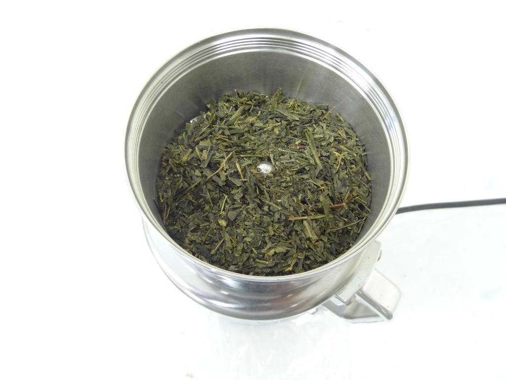 製粉機コナッピーで緑茶葉を粉砕