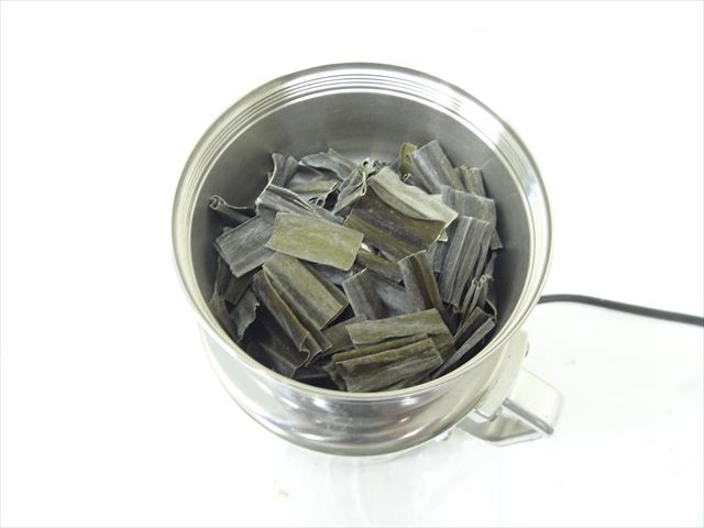 コナッピーで昆布の製粉001コナッピーの容器に昆布投入