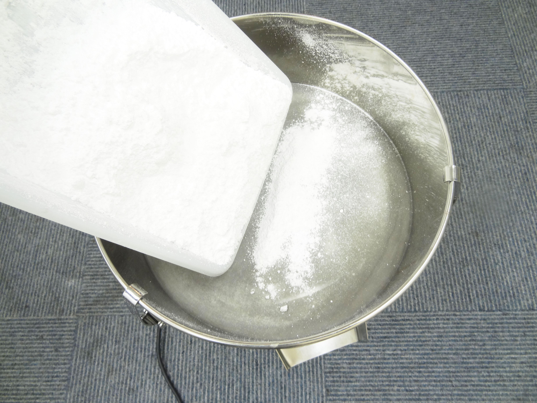 振動フルイ器に粉砕したグラニュー糖を入れる
